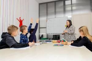 преподаватель занимается английским с детьми