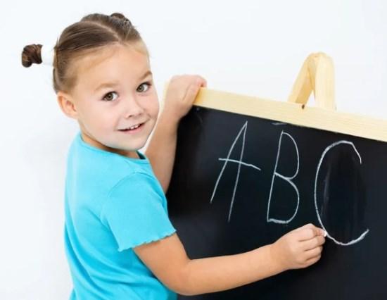 ребенок пишет английский алфавит