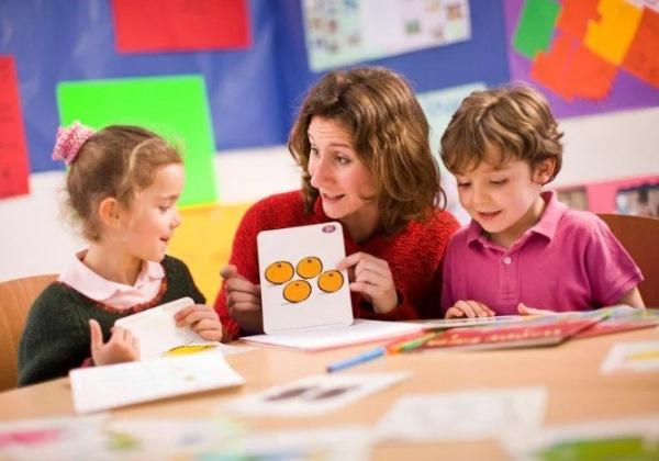 репетитор занимается с дошкольниками
